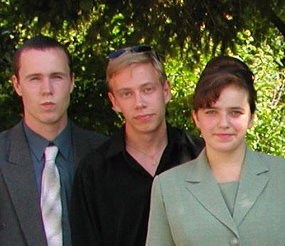andrej-nelyubin-v-centre-foto-s-vrucheniya-diploma-v-kolldezhe